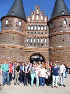 Wir vor dem Holsten-Tor.